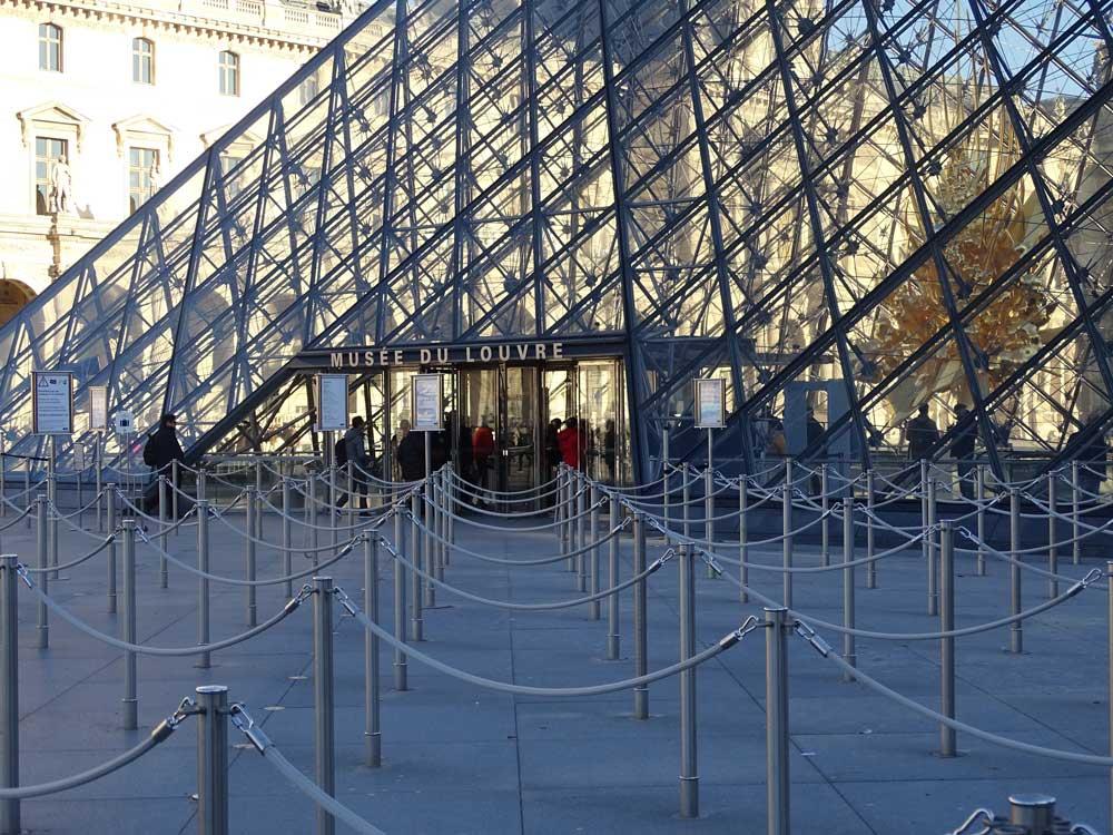 Lange wachtrijen bij museum het Louvre in Parijs