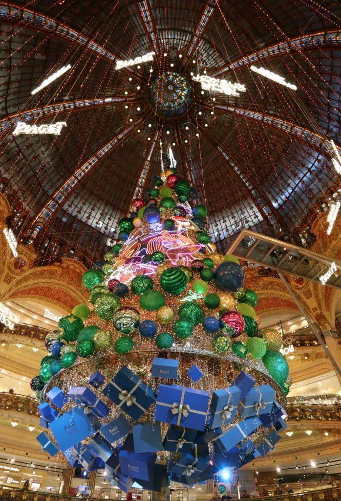 Kerstboom bij warenhuis Lafayette in Parijs