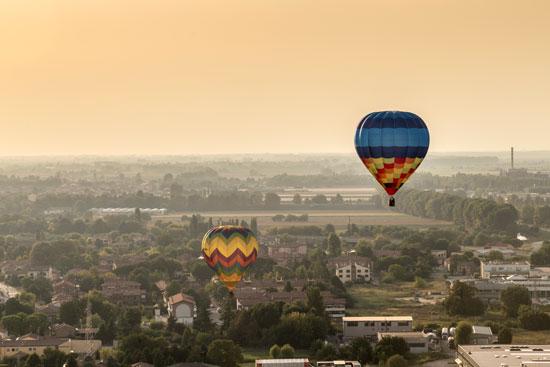 Daguitstapje met champagne en hete luchtballon