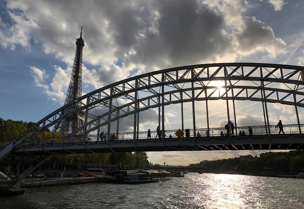 Rondvaartboot maken over de Seine. Tegen de schemering, extra mooi!