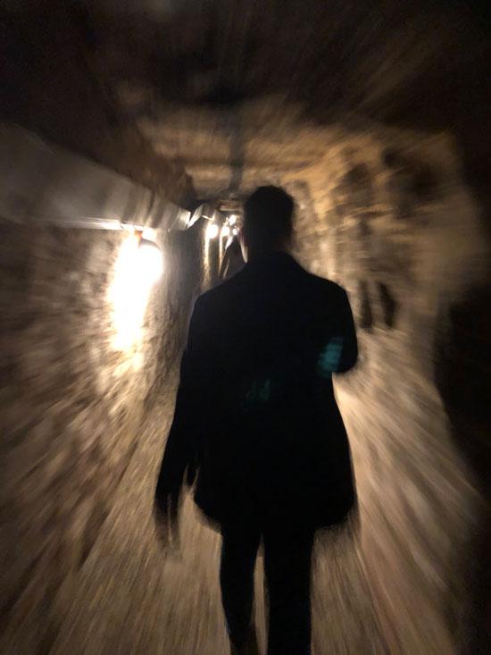 Wandelend door de tunnels